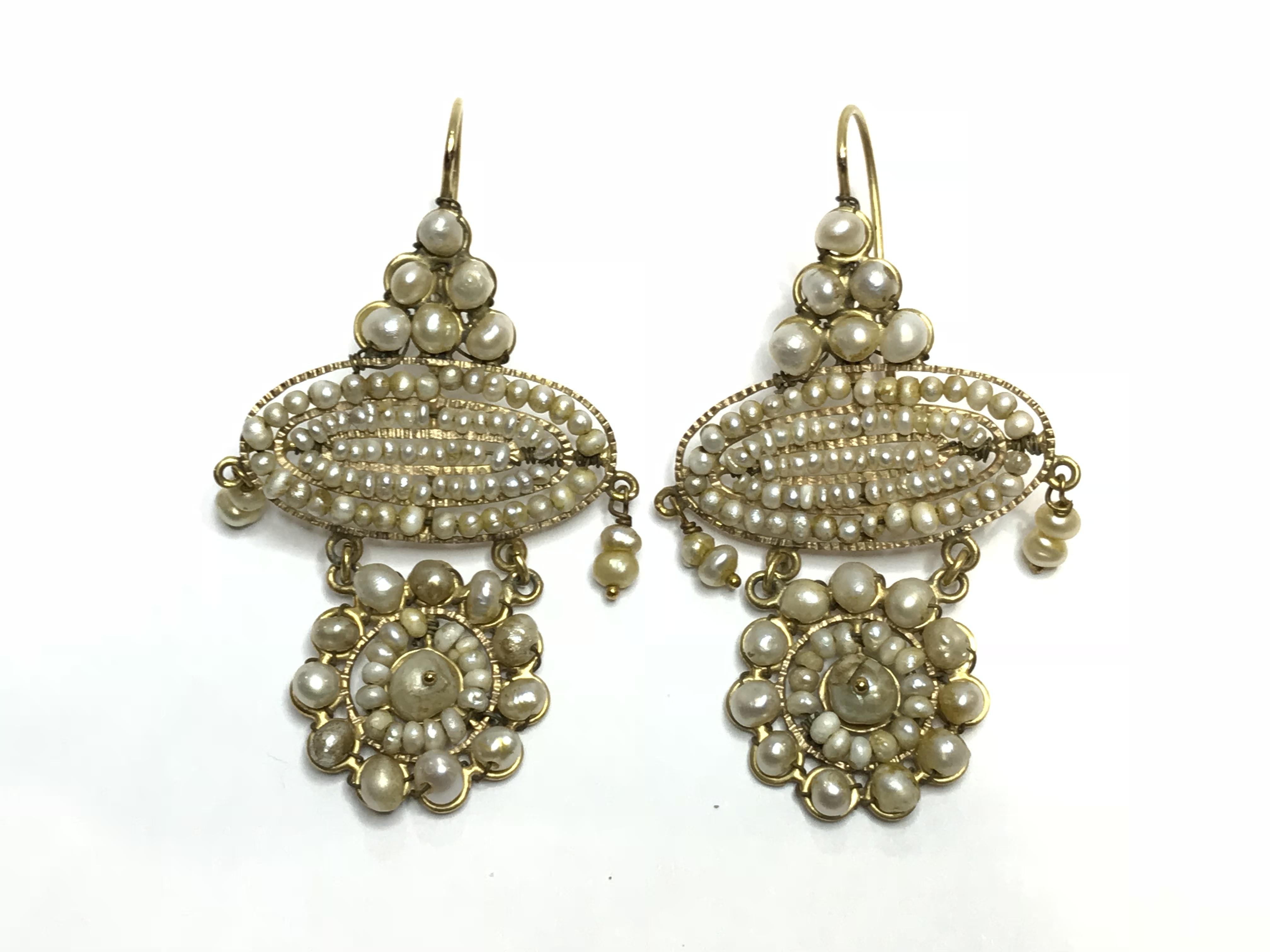 556dfe713516 Pendientes de oro 18kts y aljofar. Siglos XVIII – XIX. – Antigua y ...
